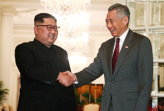 Ông Kim Jong-un cười tươi rói khi gặp Thủ tướng Lý Hiển Long - 1