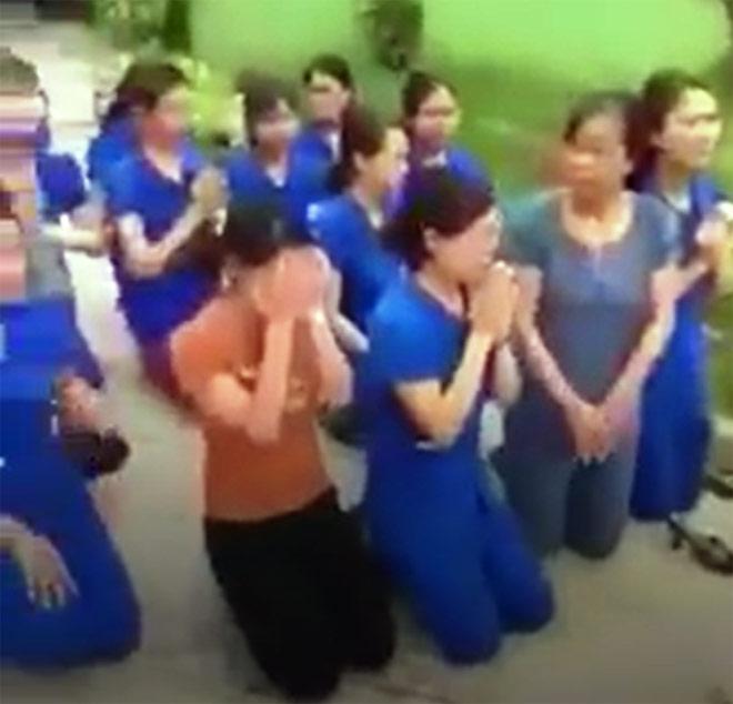 Nhiều cô giáo quỳ, chắp tay bên xe hơi chủ tịch thị trấn - 1