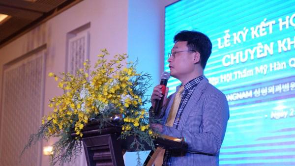 Chủ tịch hiệp hội Thẩm mỹ Hàn Quốc đồng ý phẫu thuật miễn phí cho các bạn trẻ Việt