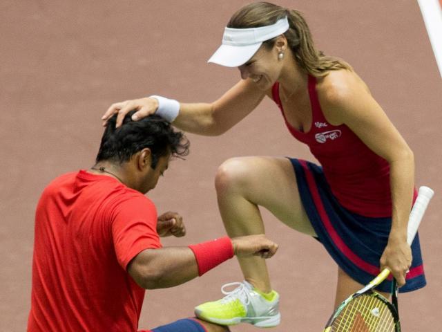 Ngượng ngùng tennis: Đang thi đấu, kiều nữ nhảy lên xoa bóp táo bạo