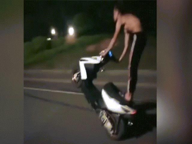 """Nhóm """"trẻ trâu"""" ăn trộm xe máy thể hiện kỹ năng bốc đầu và cái kết"""