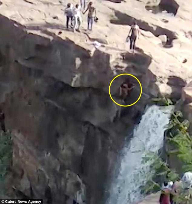 Tìm góc ảnh đẹp, trượt chân ngã mất mạng từ thác nước cao 50m ở Ấn Độ - 1