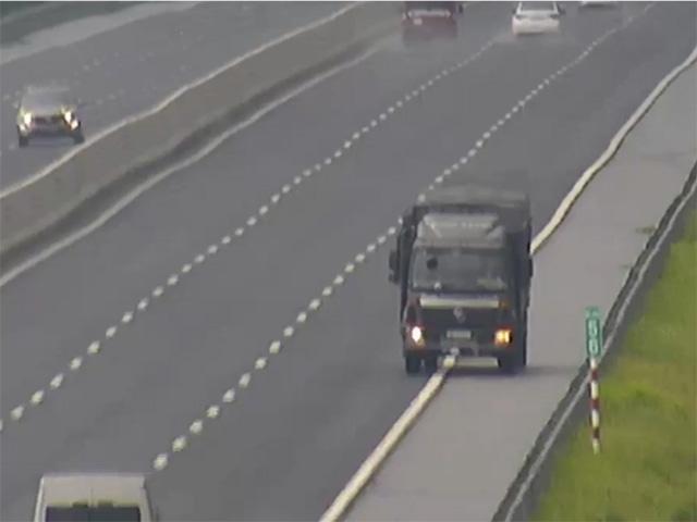 Xe tải nháy đèn pha, lao ngược chiều vun vút gần 10km trên cao tốc - 1