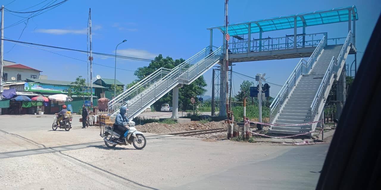 Sự thật về cầu đi bộ vượt đường sắt ở Thanh Hoá gây xôn xao dư luận - 1
