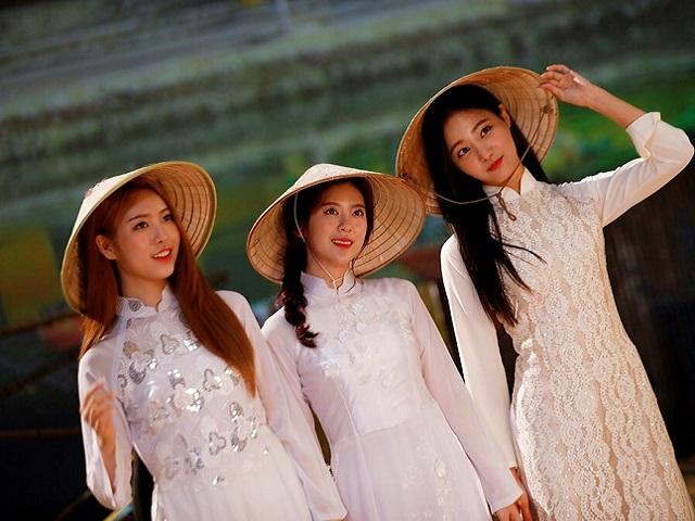 Mê mẩn ngắm nhóm nhạc nổi tiếng Hàn Quốc trong tà áo dài - 1