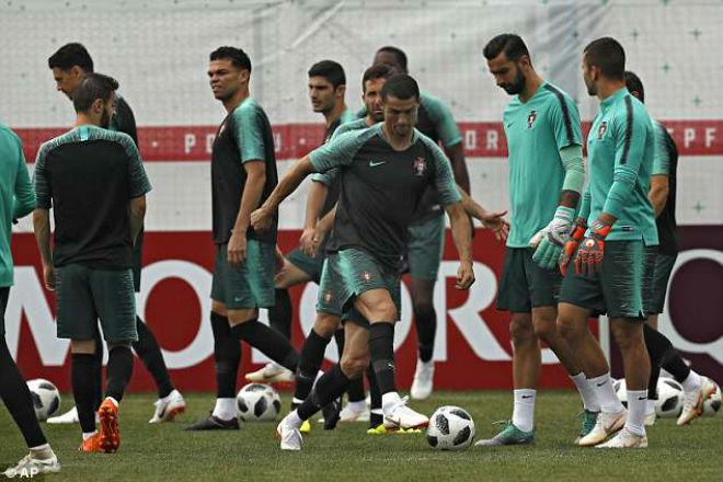 """Sao Mexico nhận tin """"sét đánh"""" Truc-tiep-tin-nong-World-Cup-20-6-Ronaldo-cuoi-hip-mat-mo-ro2-1529442773-920-width660height440"""