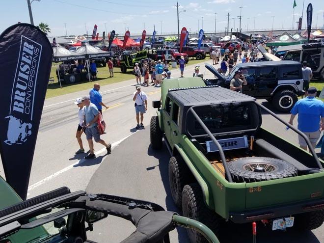 """SUV Jeep Wrangler """"biến hình"""" với bản độ 6 bánh - 12"""