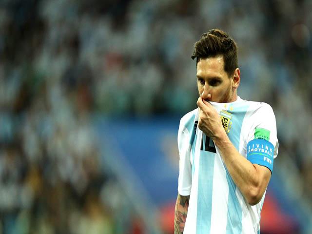 """Argentina thua chấn động: Messi bị """"nhiễm độc"""", """"tàng hình"""" 90 phút sút 1 lần!"""