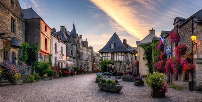 Người Pháp sống trong những ngôi làng thanh bình thế này nhưng khi trên sân cỏ họ lại cực dũng mãnh - 1