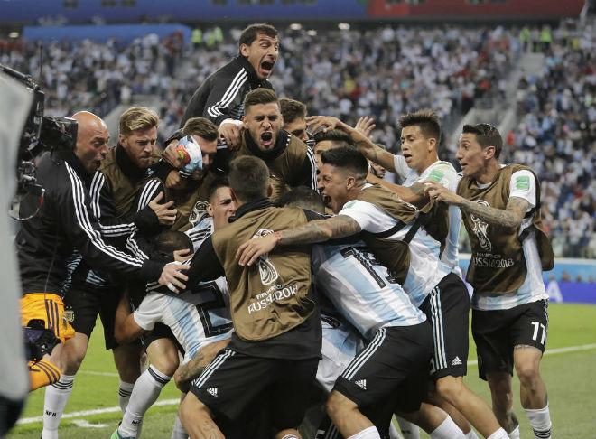 Argentina thoát hiểm kỳ diệu: Triệu fan bùng nổ, mừng như vô địch World Cup - 1