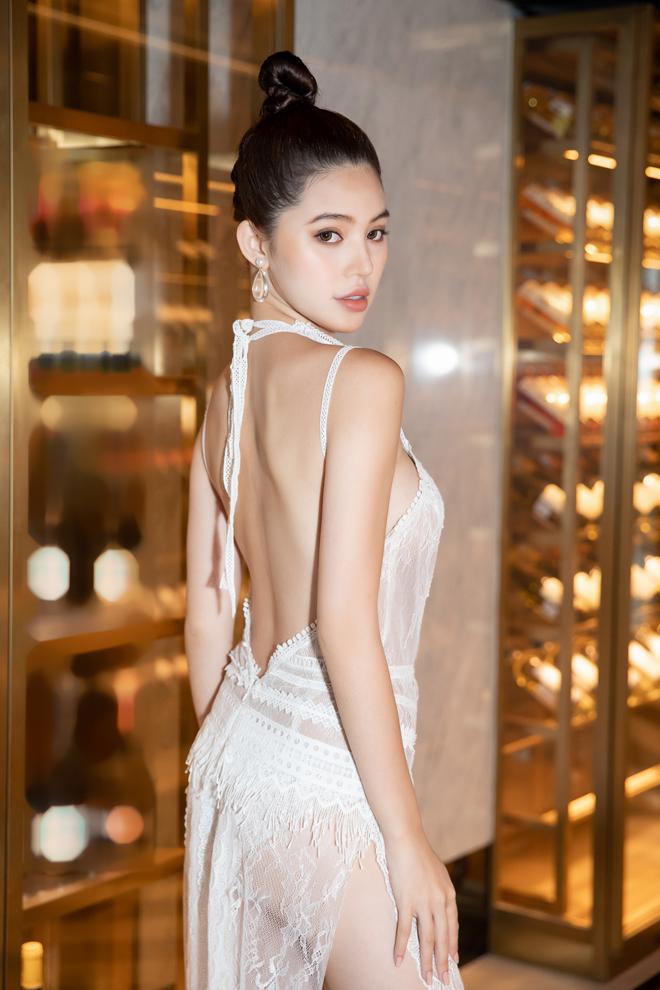 Hoa hậu Jolie Nguyễn diện váy mỏng như sương, lấp ló vòng 3 nóng bỏng - 3