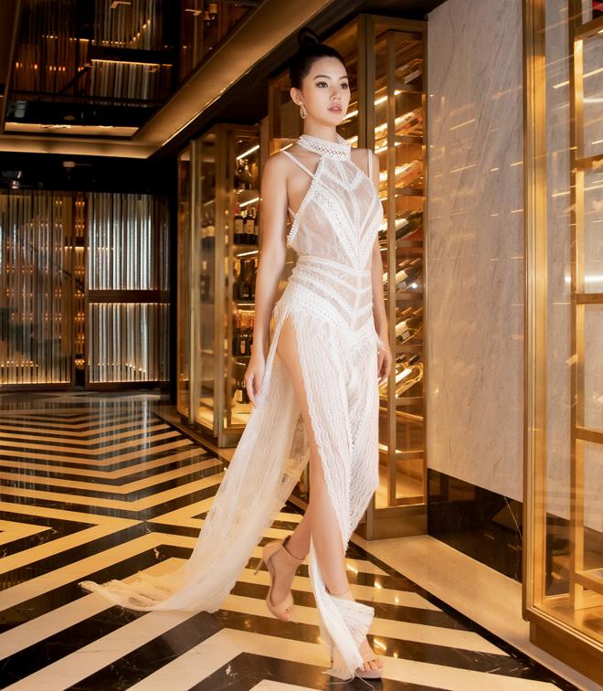 Hoa hậu Jolie Nguyễn diện váy mỏng như sương, lấp ló vòng 3 nóng bỏng - 2