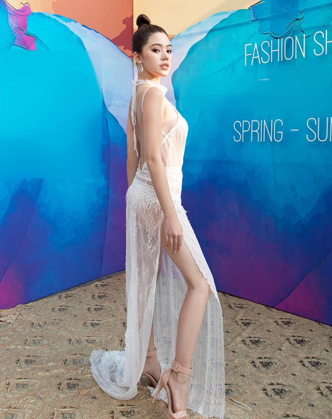 Hoa hậu Jolie Nguyễn diện váy mỏng như sương, lấp ló vòng 3 nóng bỏng - 4