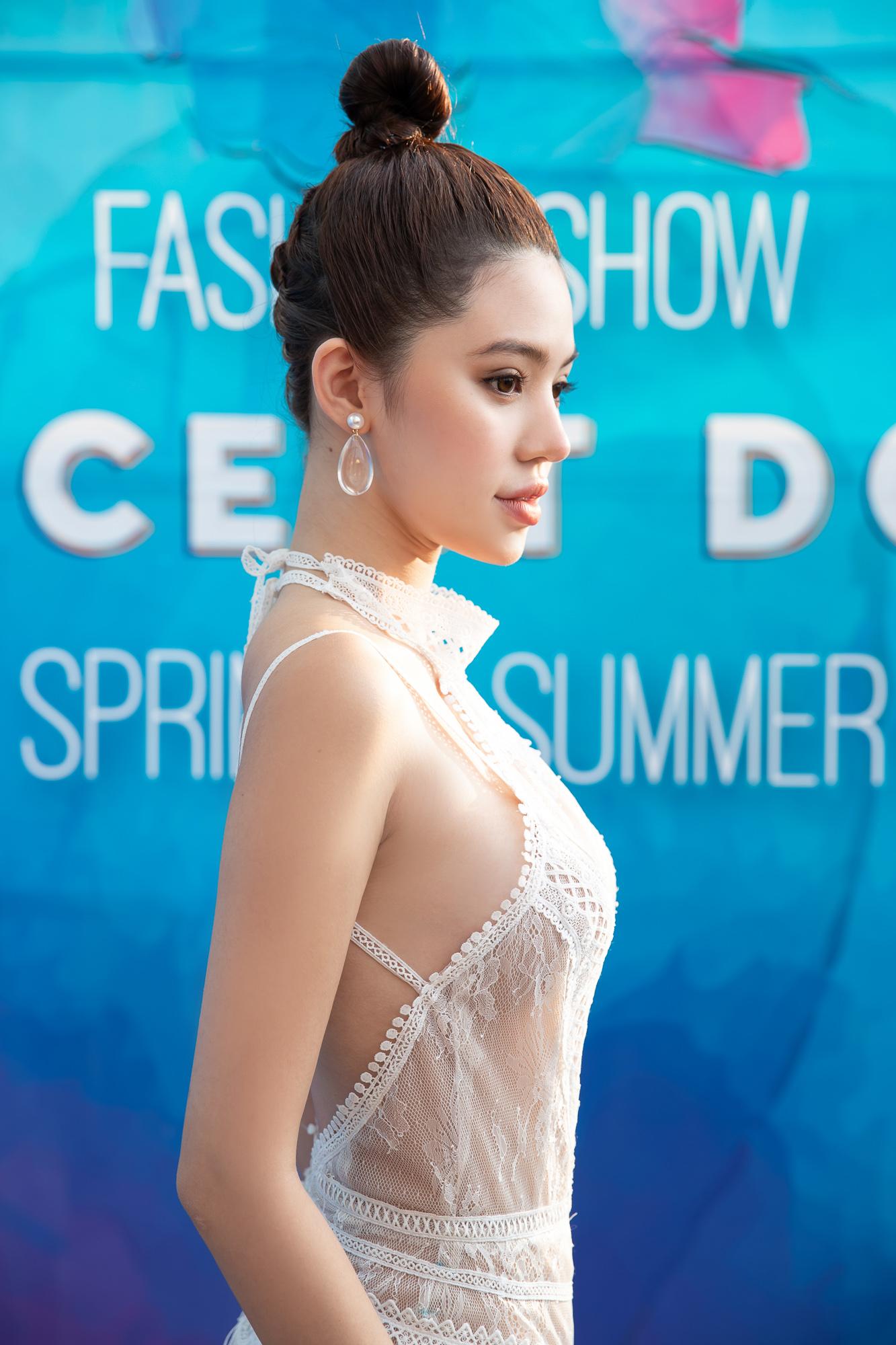 Hoa hậu Jolie Nguyễn diện váy mỏng như sương, lấp ló vòng 3 nóng bỏng - 6