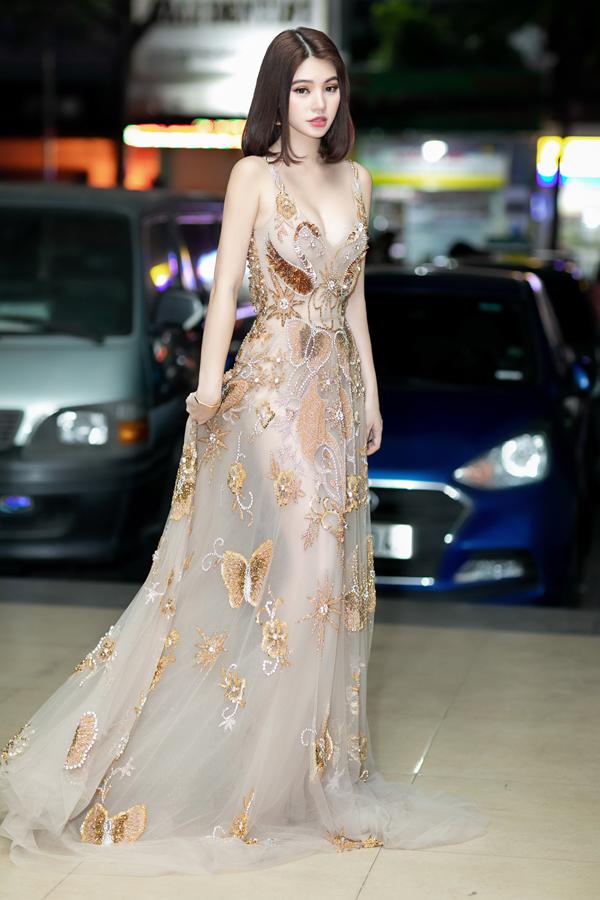 Hoa hậu Jolie Nguyễn diện váy mỏng như sương, lấp ló vòng 3 nóng bỏng - 9