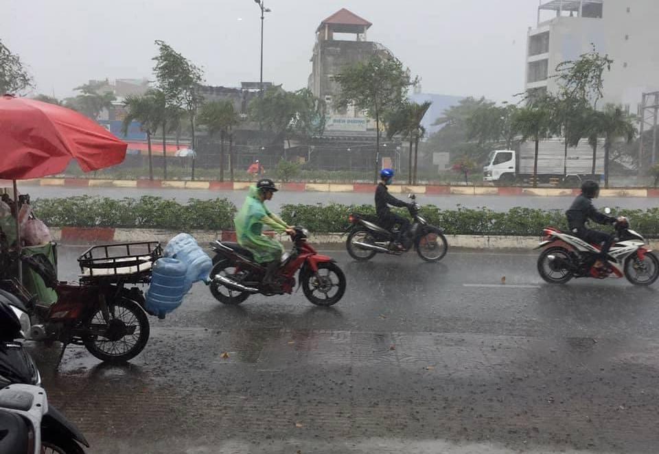 """Mưa """"vàng"""" trút xuống Sài Gòn sau chuỗi ngày nắng cháy da - 1"""