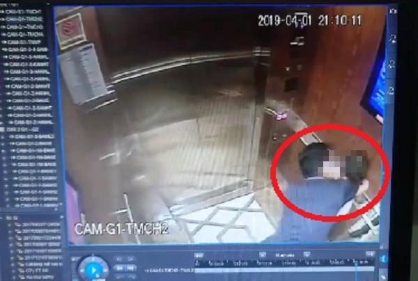Công an đang làm việc với người đàn ông cưỡng hôn bé gái trong thang máy - 1