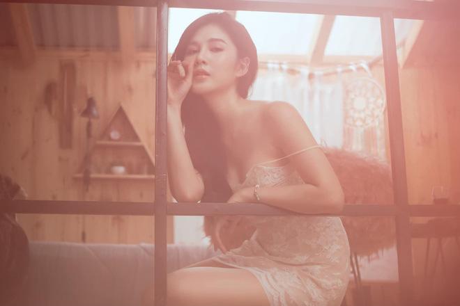 """Gu mặc nữ tính của """"nữ MC bên cạnh HLV Park Hang Seo"""" - 3"""