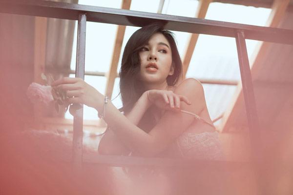 """Gu mặc nữ tính của """"nữ MC bên cạnh HLV Park Hang Seo"""""""