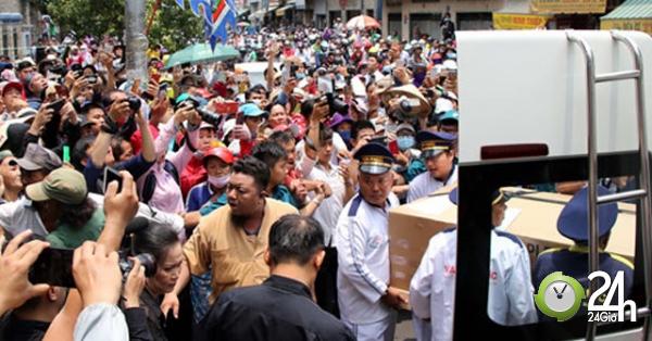 Ngàn người vây kín linh cữu cố NS Anh Vũ, gây hỗn loạn cổng chùa Ấn Quang