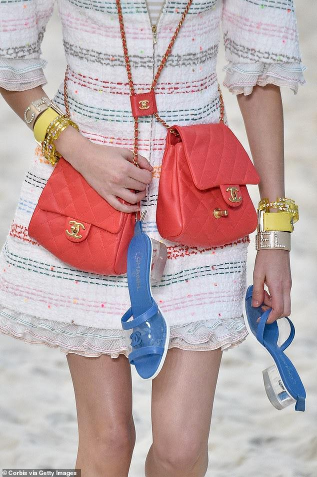 Chanel lăng xê xu hướng túi theo cặp gây sốt - 6