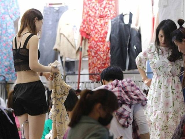 Mua quần áo cởi đồ thử ngay giữa cửa hàng, gái trẻ gặp cái kết đắng