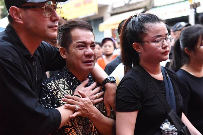 Sao Việt khóc nghẹn khi Thanh Bạch đọc điếu văn ở lễ động quan cố NS Anh Vũ - Ảnh 8