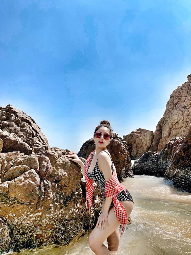 Cô vẫn vui vẻ cập nhật hình ảnh đời thường trên mạng xã hội, cả những khi làm việc lẫn những lúc đi du lịch xả hơi.