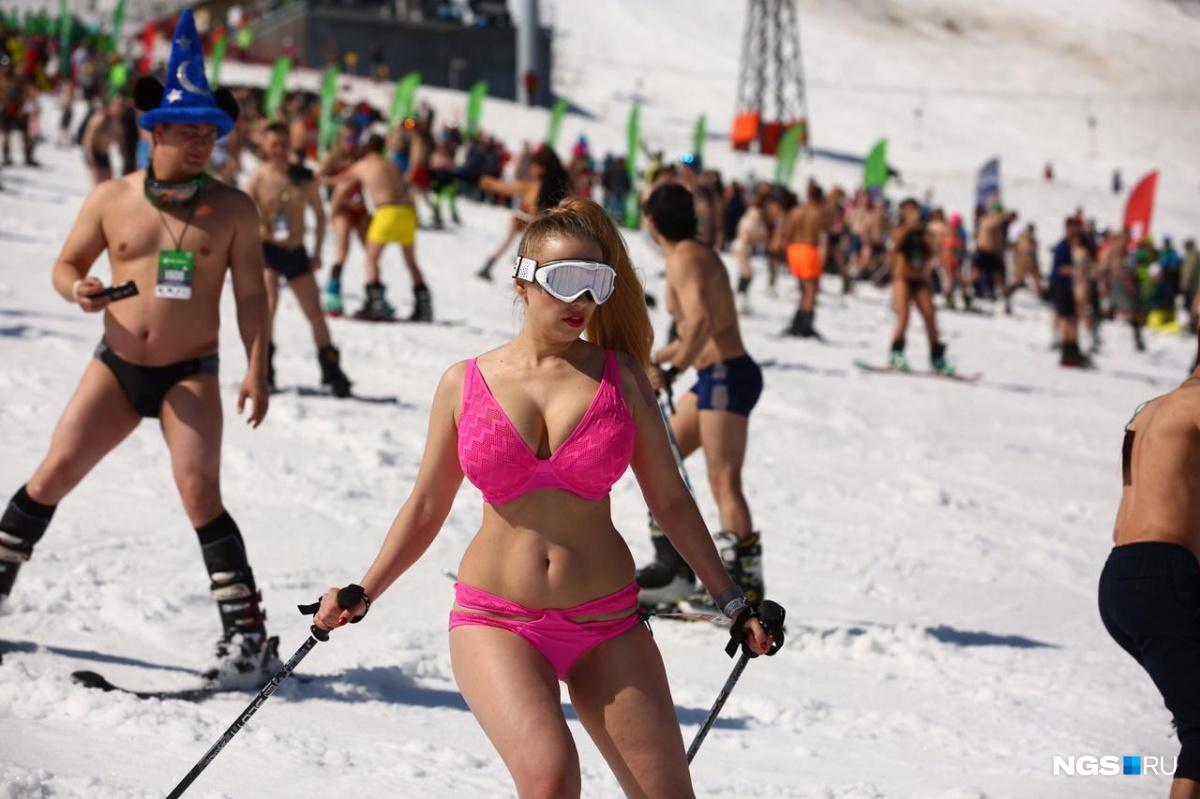 Mặc cái lạnh 15 độ C, hàng trăm cô gái xinh diện bikini trượt tuyết ở Nga - 6