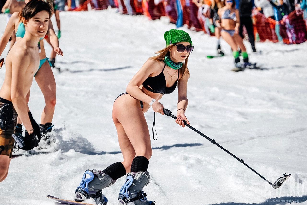 Mặc cái lạnh 15 độ C, hàng trăm cô gái xinh diện bikini trượt tuyết ở Nga - 7
