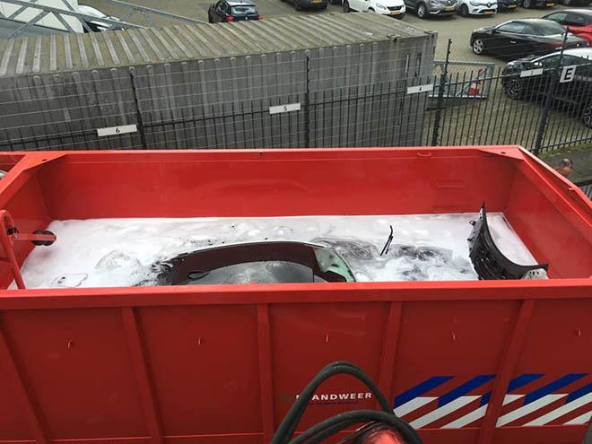 BMW i8 được cấp cứu chữa cháy bằng cách thả vào thùng xà phòng - 3