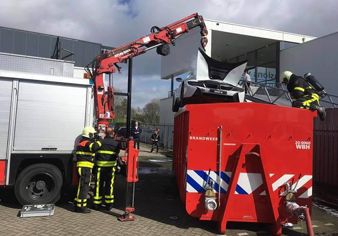BMW i8 được cấp cứu chữa cháy bằng cách thả vào thùng xà phòng - 2