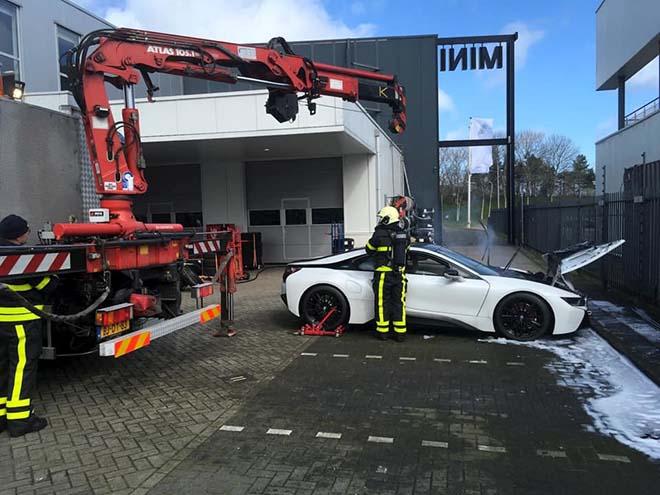 BMW i8 được cấp cứu chữa cháy bằng cách thả vào thùng xà phòng - 1