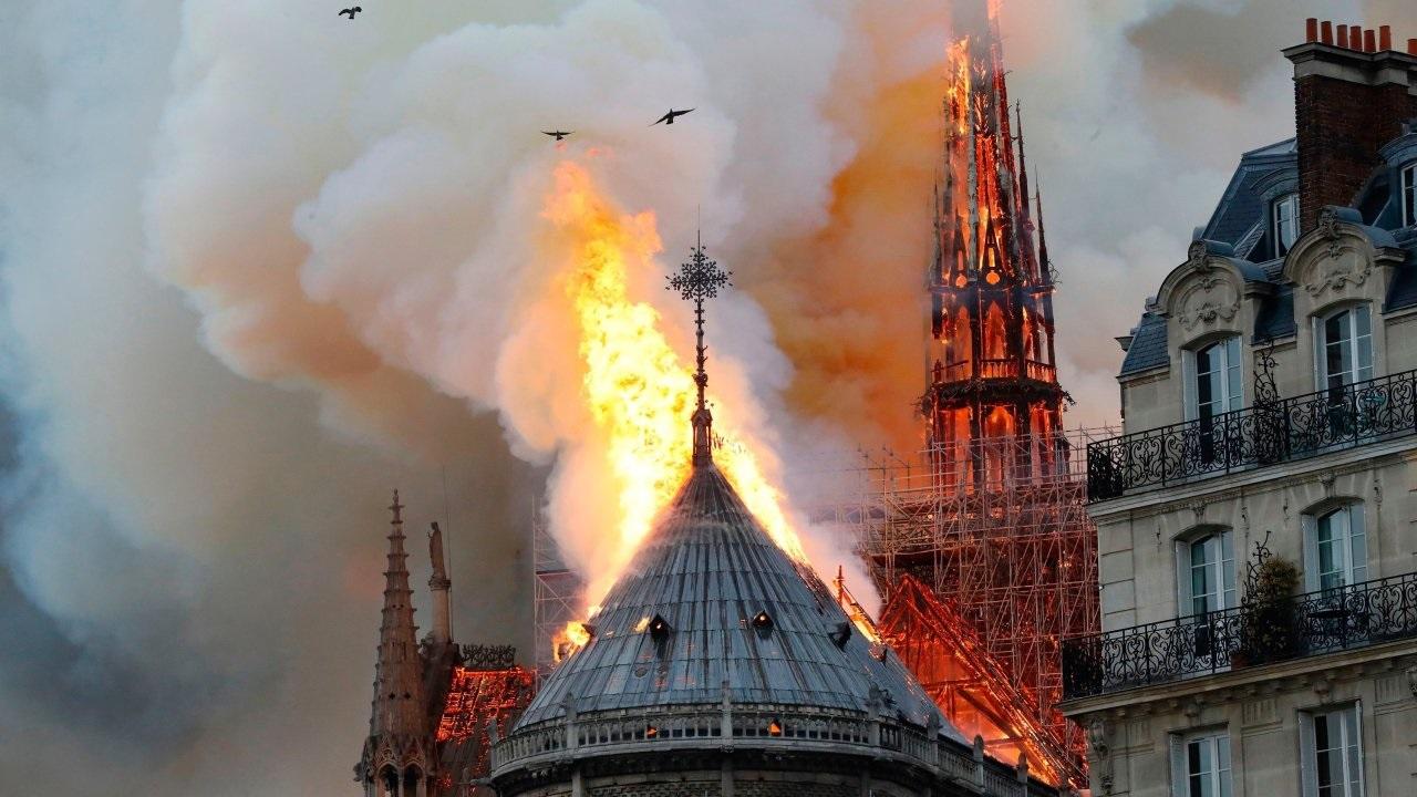 Cháy Nhà thờ Đức Bà: Vì sao không dám cho máy bay trút nước xuống? - 1