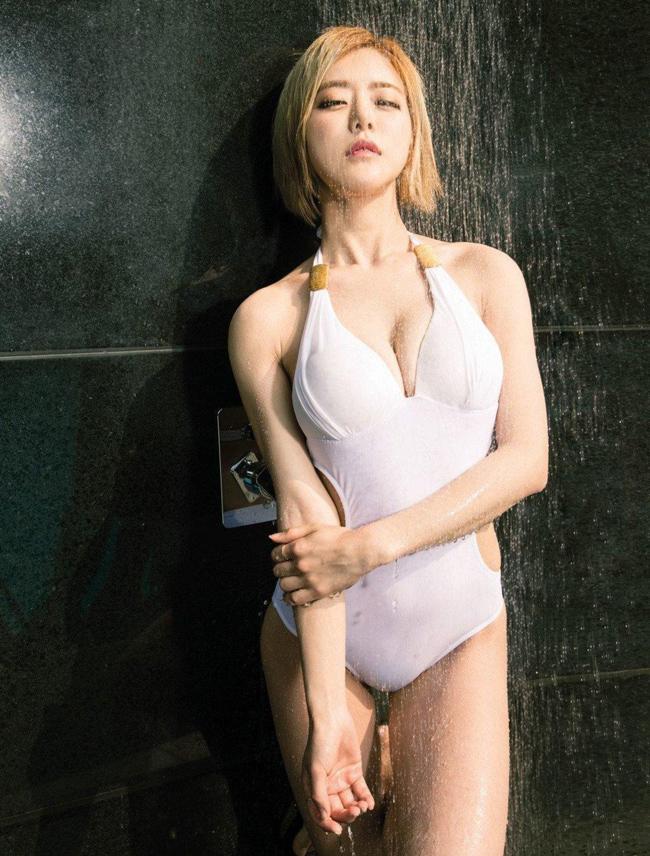 """Đúng như biệt danh """"phù thủy âm thanh"""", cô nàng tỏa sáng trước hàng nghìn người trẻ có mặt tại lễ hội té nước Thái Lan."""