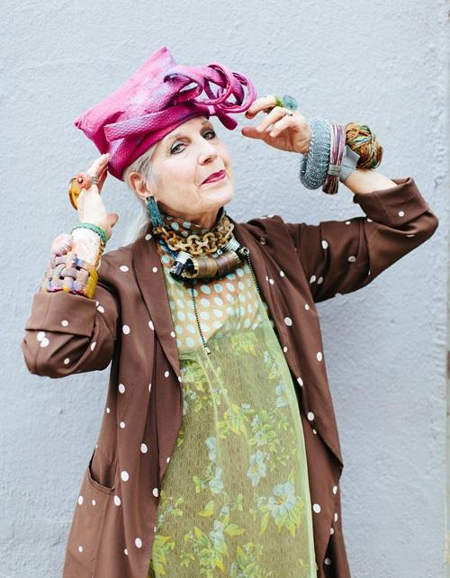 Cụ bà biến báo cũ, giấy vệ sinh thành thời trang cao cấp - 1