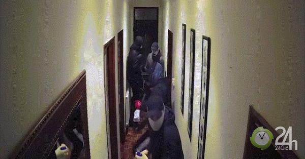 4 tên trộm đột nhập vào nhà, 5 giây sau đã phải chạy trối chết