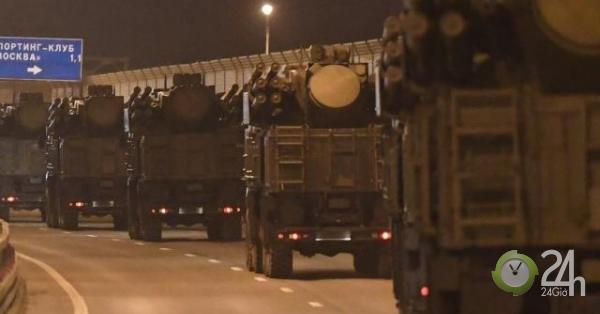 """Đoàn xe quân sự Nga """"dài vô tận"""" ùn ùn tiến vào Moscow"""