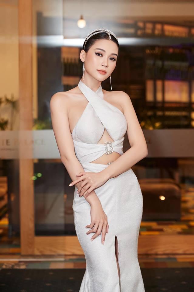 Mặc váy khoét chân ngực, Sam, Hương Giang thách thức trời nóng 40 độ - 6