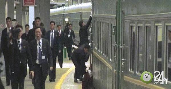 Vệ sĩ vừa chạy vừa lau tay nắm cửa đoàn tàu của Kim Jong Un khi đến Nga