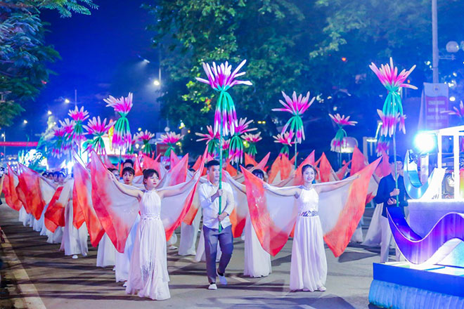 Bờ biển Bãi Cháy sôi động tưng bừng với màn diễu hành Carnaval dịp nghỉ lễ này - 1
