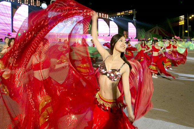 Bờ biển Bãi Cháy sôi động tưng bừng với màn diễu hành Carnaval dịp nghỉ lễ này - 3