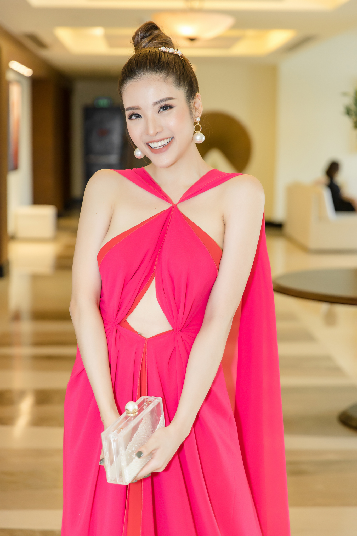 Hoa hậu Phan Hoàng Thu khoe thân hình đồng hồ cát chuẩn nữ thần - 1