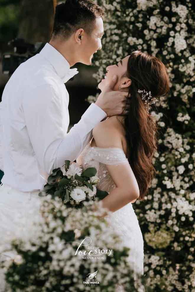 Con gái bầu Đệ xúc động ôm chồng nam vương trong đám cưới cổ tích - 1