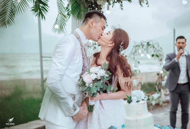 Con gái bầu Đệ xúc động ôm chồng nam vương trong đám cưới cổ tích - 11