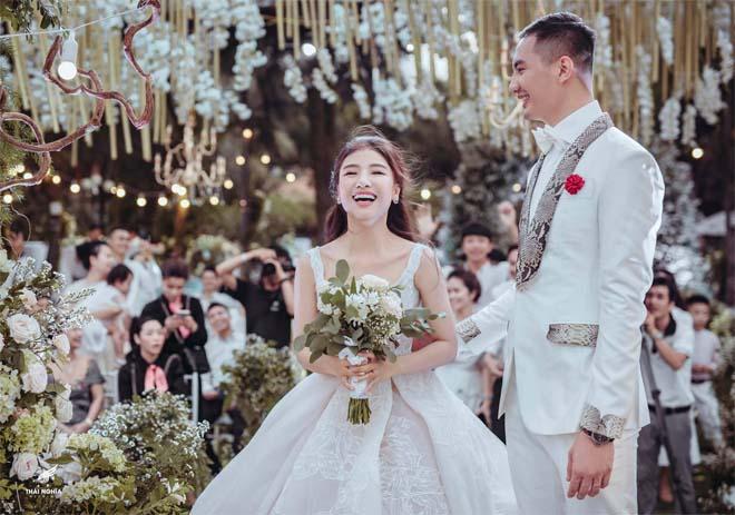 Con gái bầu Đệ xúc động ôm chồng nam vương trong đám cưới cổ tích - 12