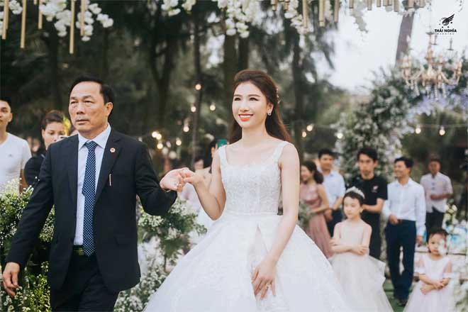 Con gái bầu Đệ xúc động ôm chồng nam vương trong đám cưới cổ tích - 4