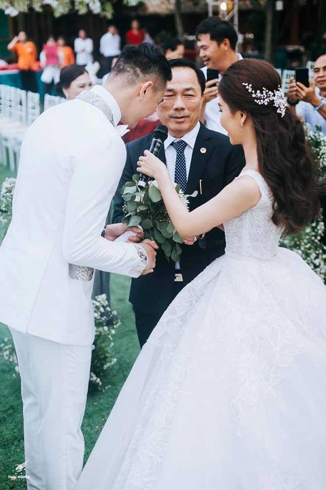 Con gái bầu Đệ xúc động ôm chồng nam vương trong đám cưới cổ tích - 8