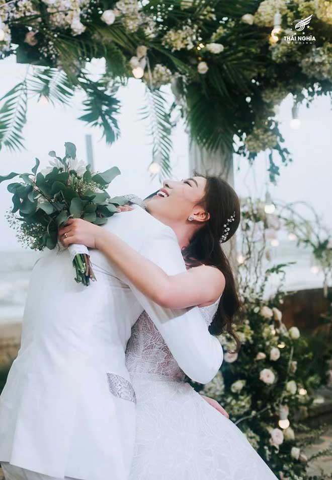 Con gái bầu Đệ xúc động ôm chồng nam vương trong đám cưới cổ tích - 10