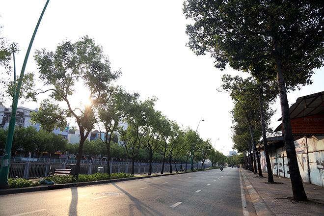"""Người dân """"rủ nhau đi trốn"""", đường phố Sài Gòn yên bình, thông thoáng đến lạ - 1"""